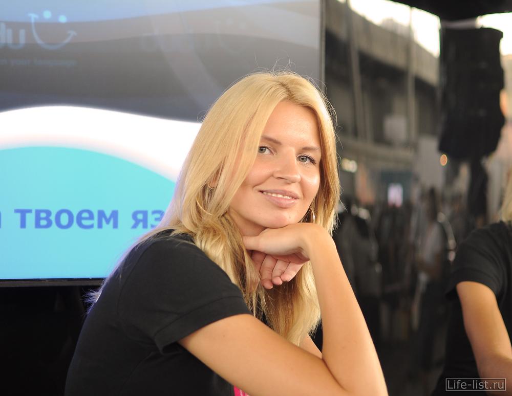 Девушка у стенда дуду иннопром выставка