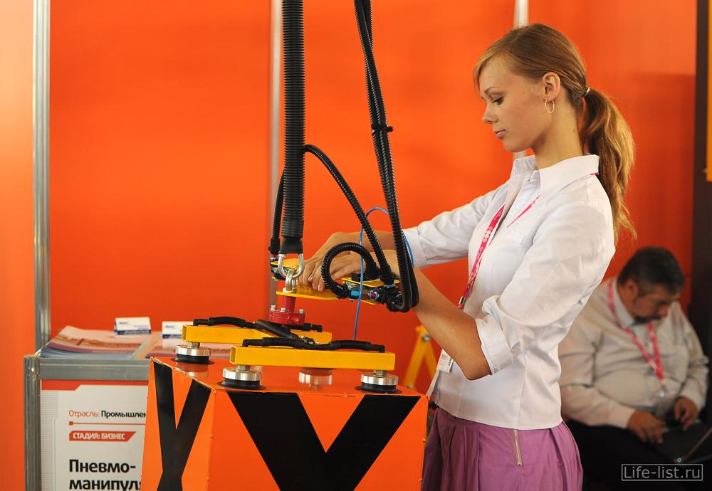 девушка у стенда иннопром 2012 в Екатеринбурге