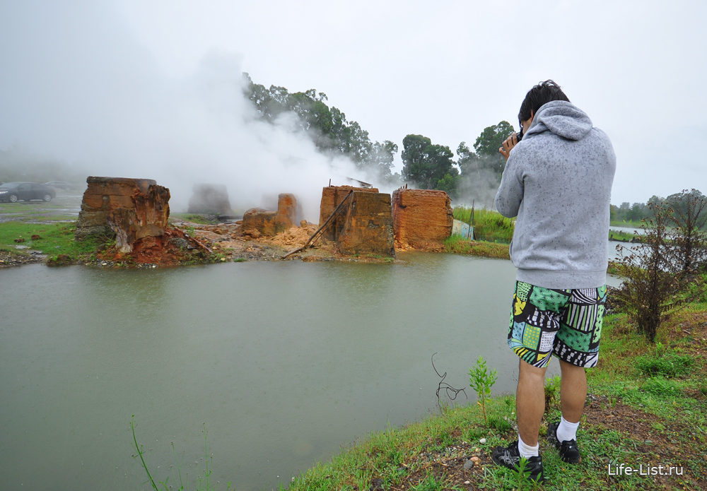 место откуда выходит горячая вода термальный источник в Абхазии