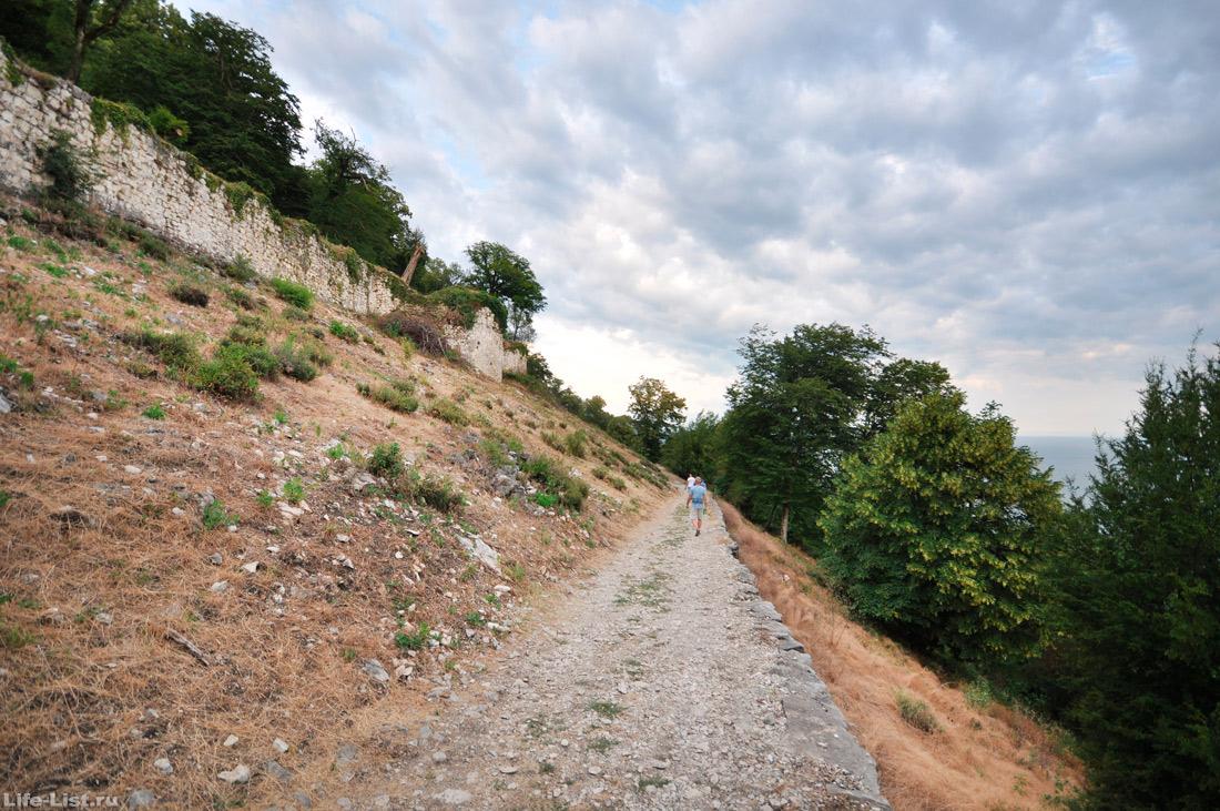 тропа вдоль фрагмента крепостной стены Иверская гора Новый Афон