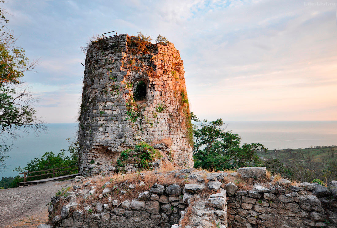 Башня крепостной стены Анакопийская крепость Новый Афон