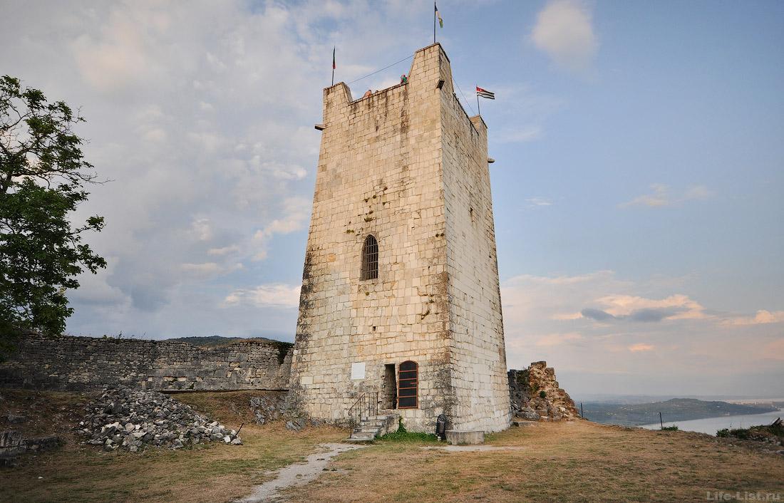 Главная восточная башня Анакопийской крепости в Новом Афоне