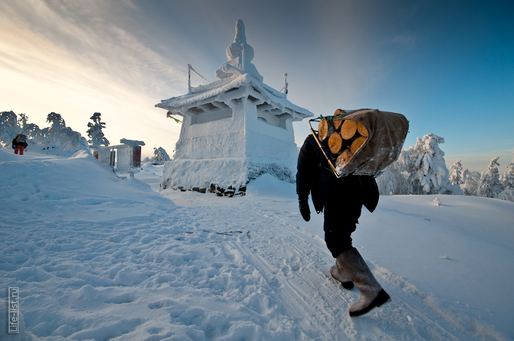 Монах несет дрова Качканар фото Виталий Караван