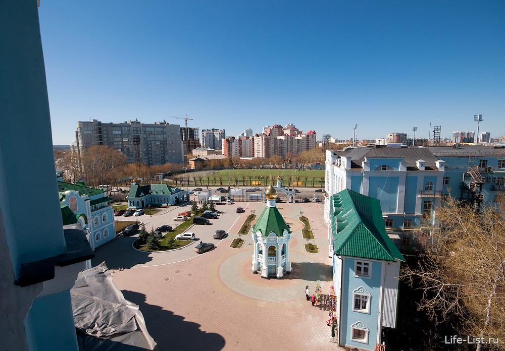 дворик кафедрального собора на улице Репина Екатеринбург