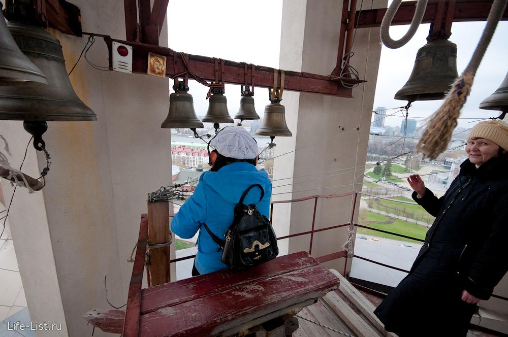 девочка звонит в колокола Храма на Крови Екатеринбург
