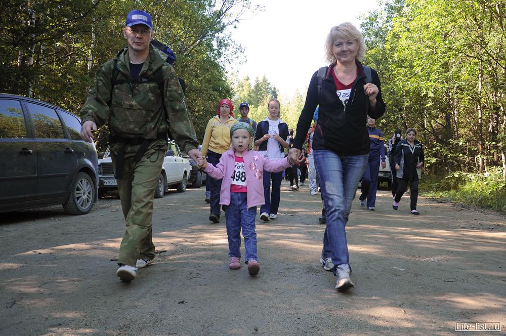 Семья пешком идет на Конжак