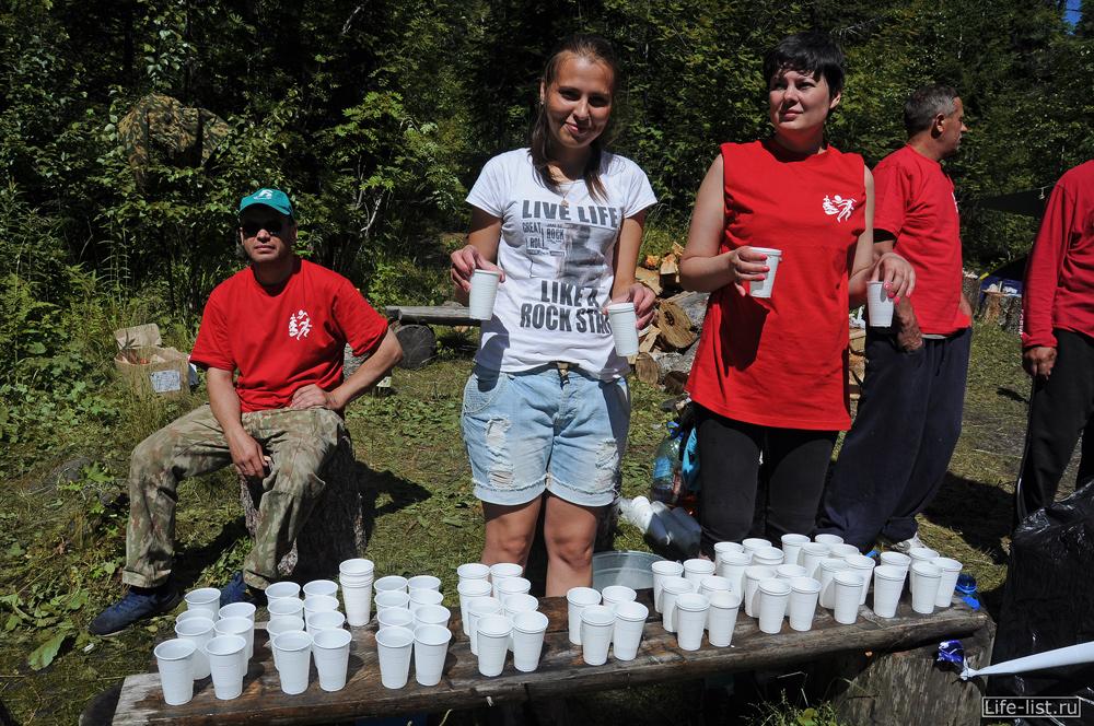 Пункт питания на марафонской дистанции вода морс чай