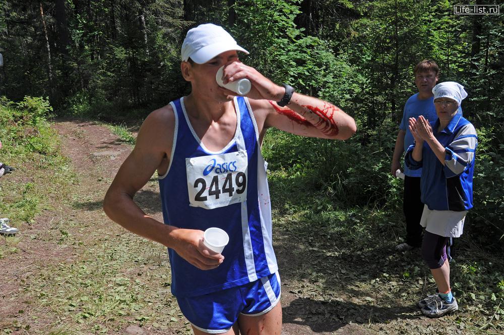 марафонец на пункте питания конжак 2012