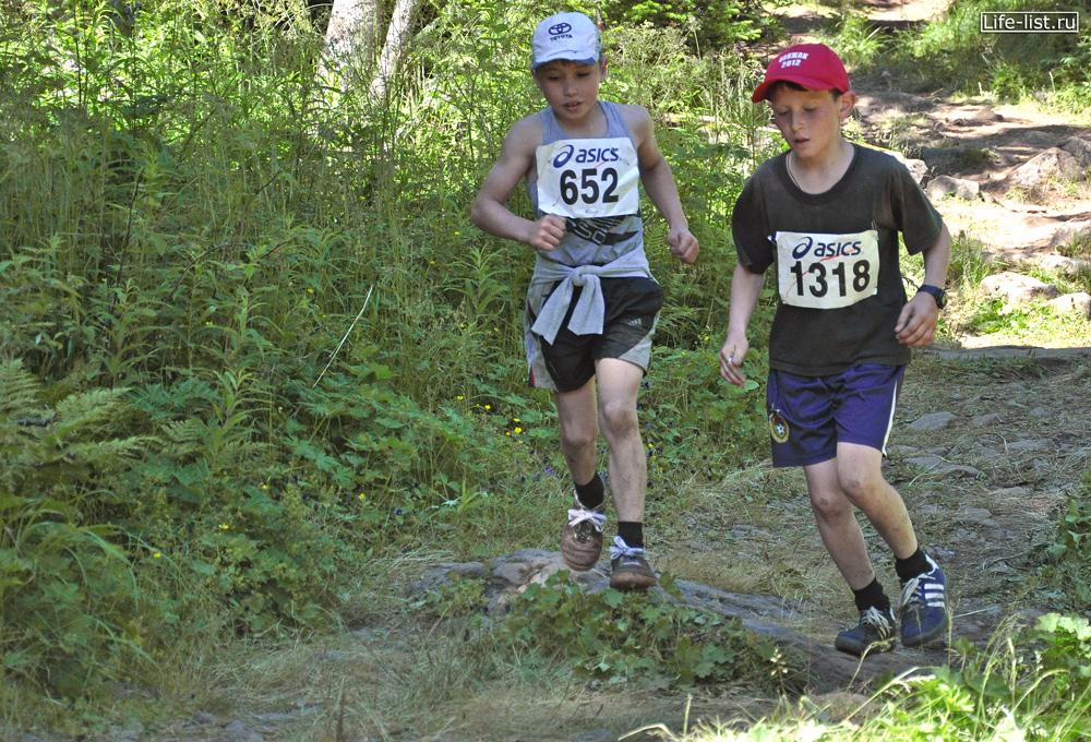 Мальчики бегут марафон на Конжаке