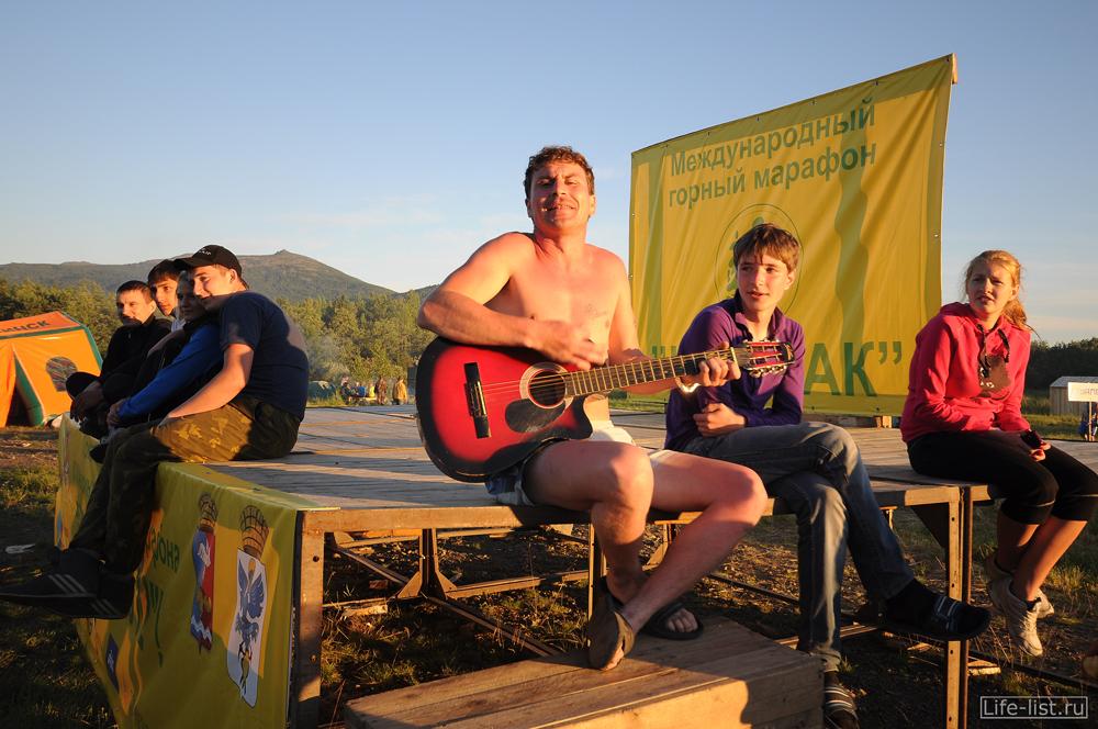 Гитарист на поляне конжаковский марафон