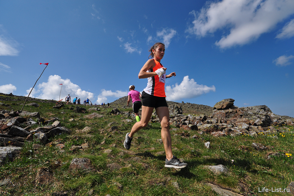 бегун на дистанции горный марафон на конжаке 2013
