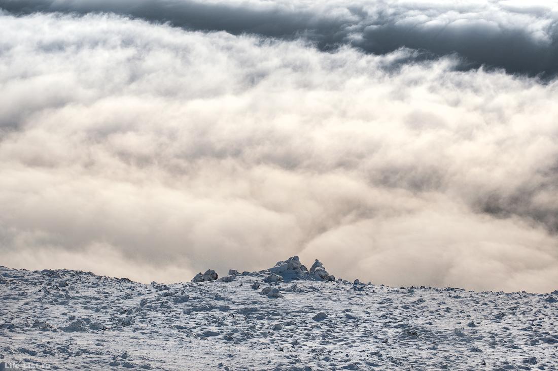 Гора Косьвинский камень в облаках зима поход