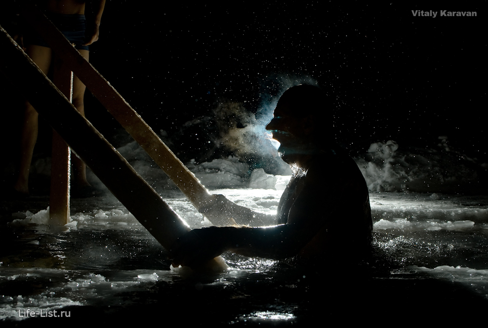 Купания православных в проруби на Крещение фото Vitaly Karavan