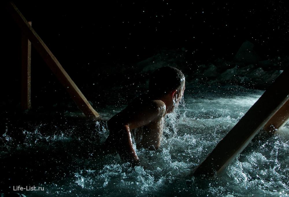 ночное фото купания в Крещение вспышка
