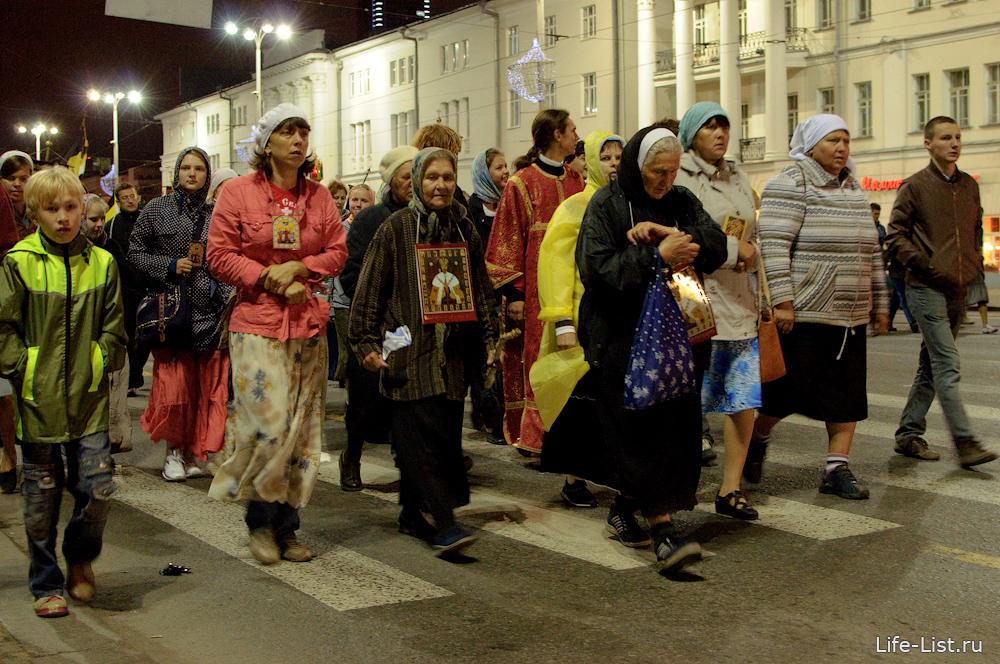православные паломники в крестном ходе до Ганиной ямы фото Виталий Караван