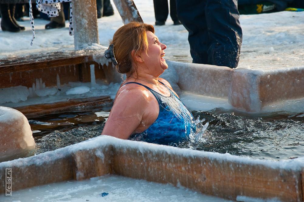Женщина в проруби в купели Шарташ