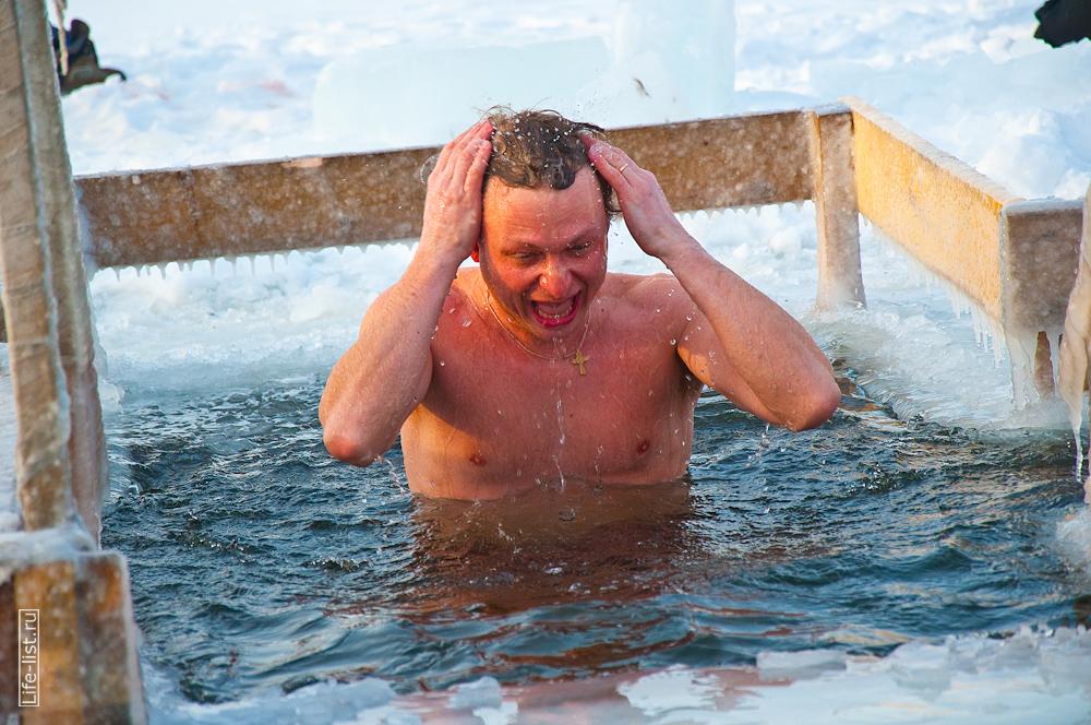 Морж в проруби купания крещенские