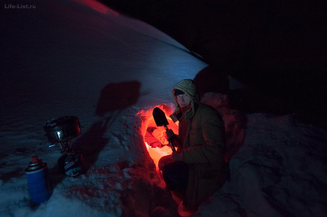 ночевка в снежной пещере Виталий Караван