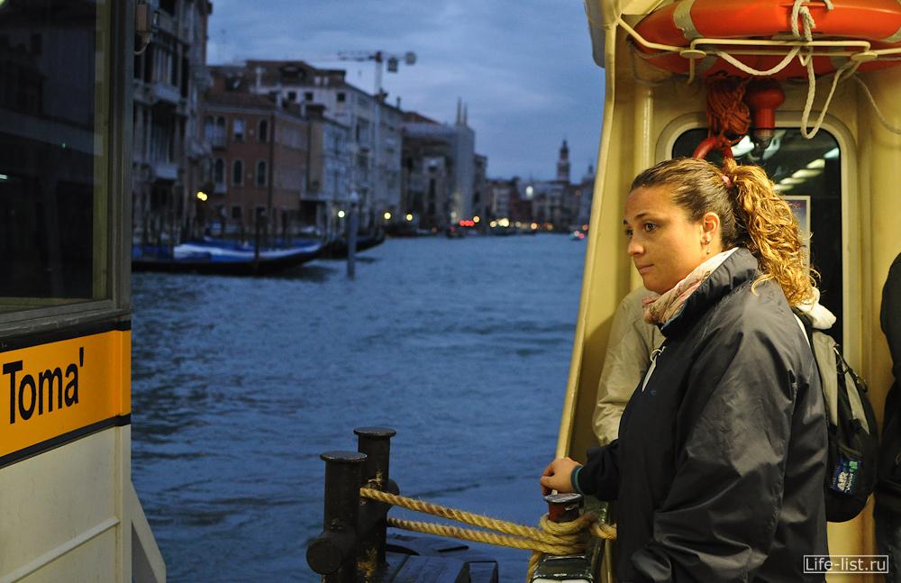 Девушка швартовщик в Венеции
