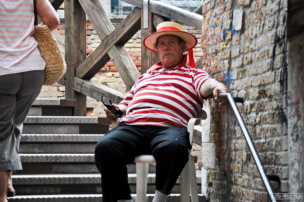Пожилой гондольер в Венеции