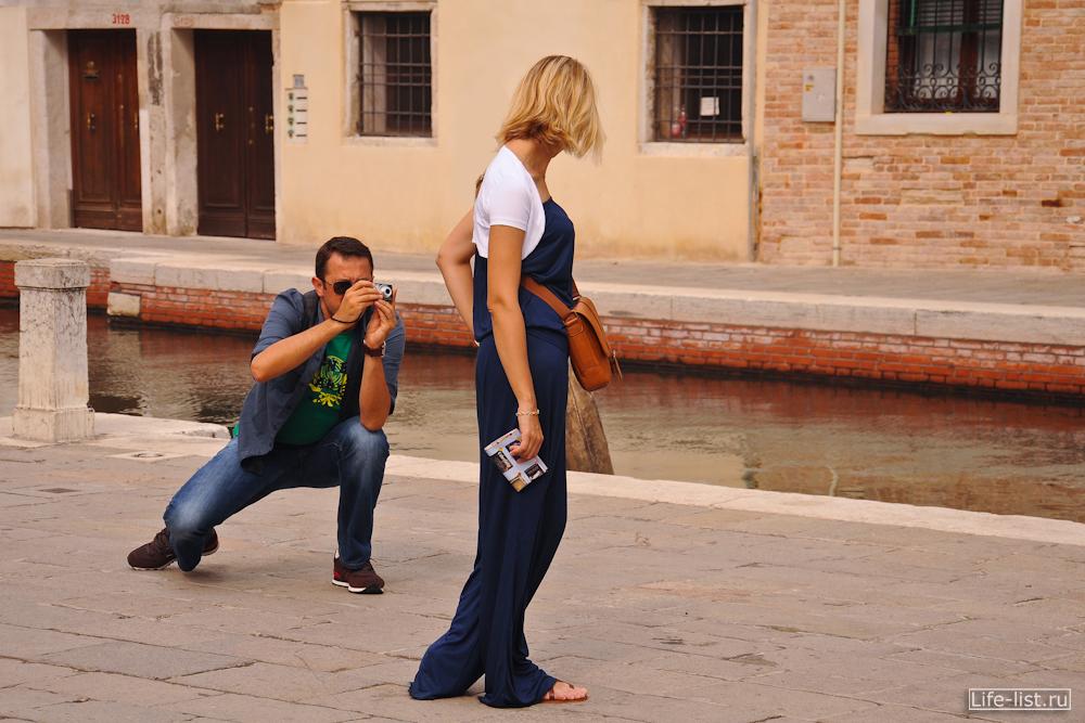 Туристы фотографируются в Венеции