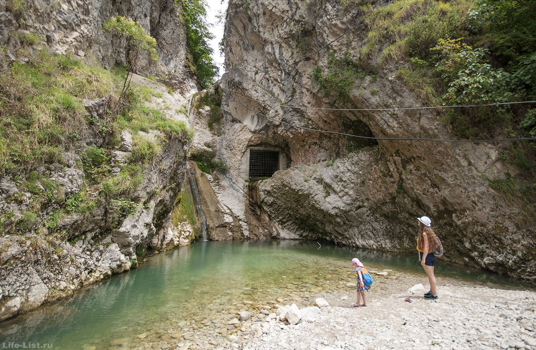 Водопад у Иверской горы в Новом Афоне Абхазия фото лето
