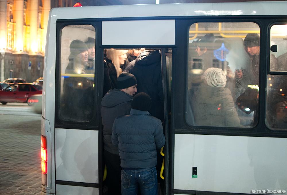 Люди в автобусе в новогоднюю ночь