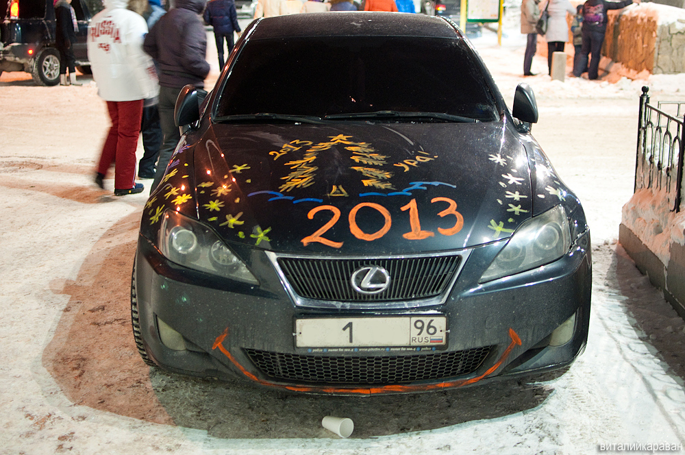 Раскрашенный под Новый год автомобиль