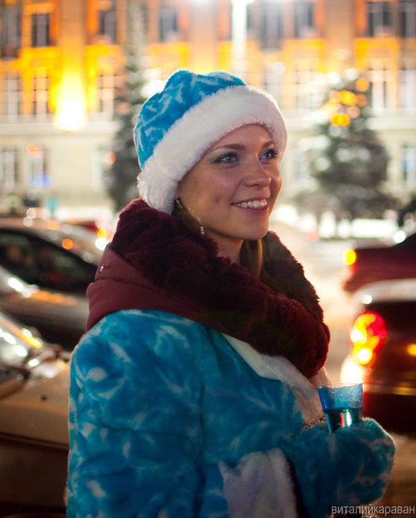Девушка в костюме снегурочки