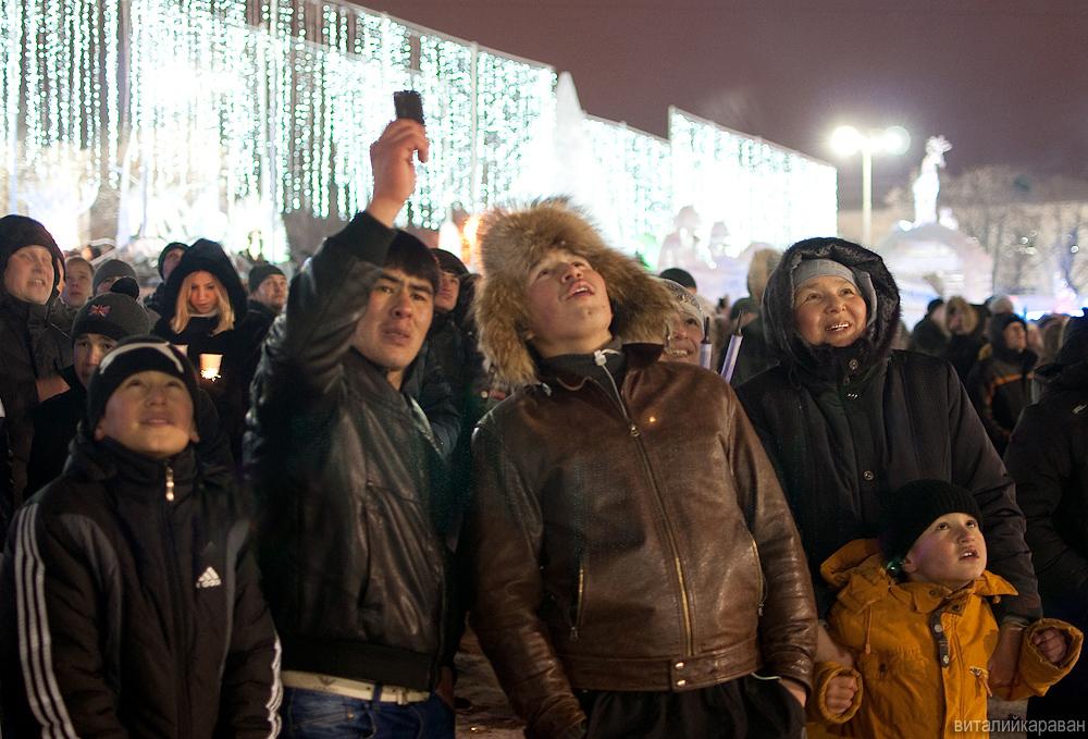 Люди смотрят новогодний салют