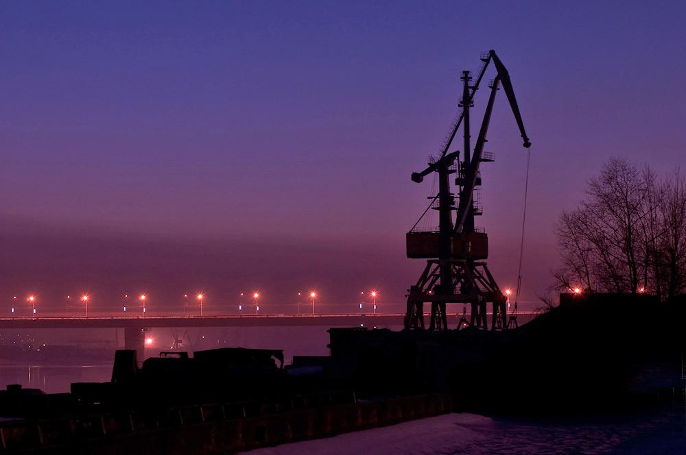 Закат на реке обь портовый кран