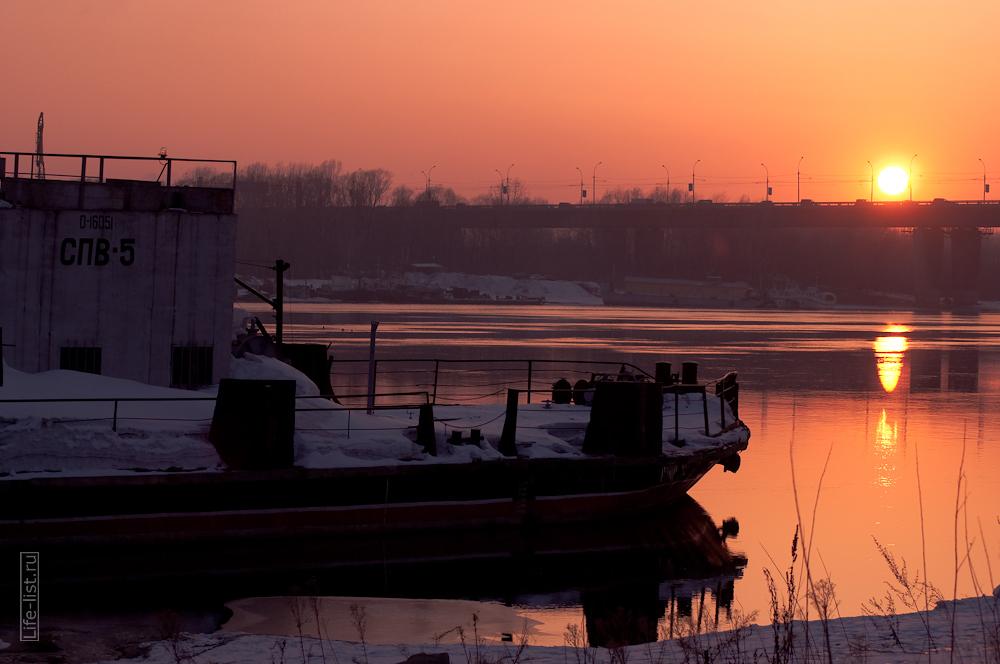 судно на причале на реке Обь фото Виталий Караван