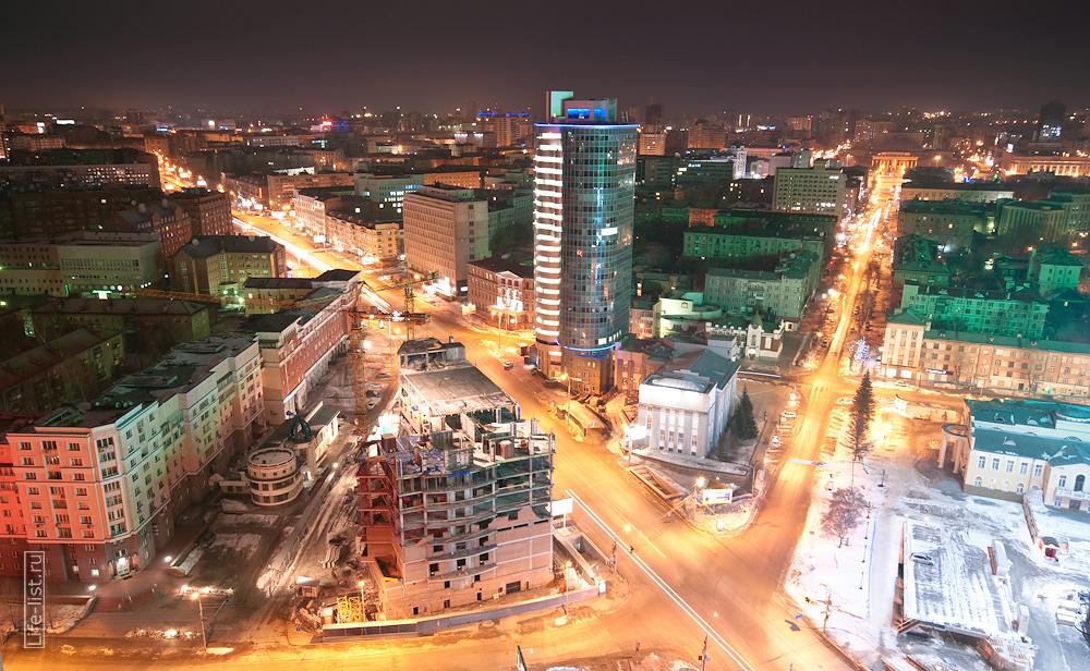 Пересечение проспекта Димитрова и улицы Ленина. По центру бизнес-центр Кобра Новосибирск