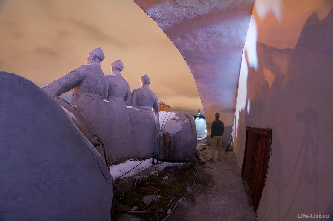 ОДО Екатеринбург фигуры на крыше барельеф