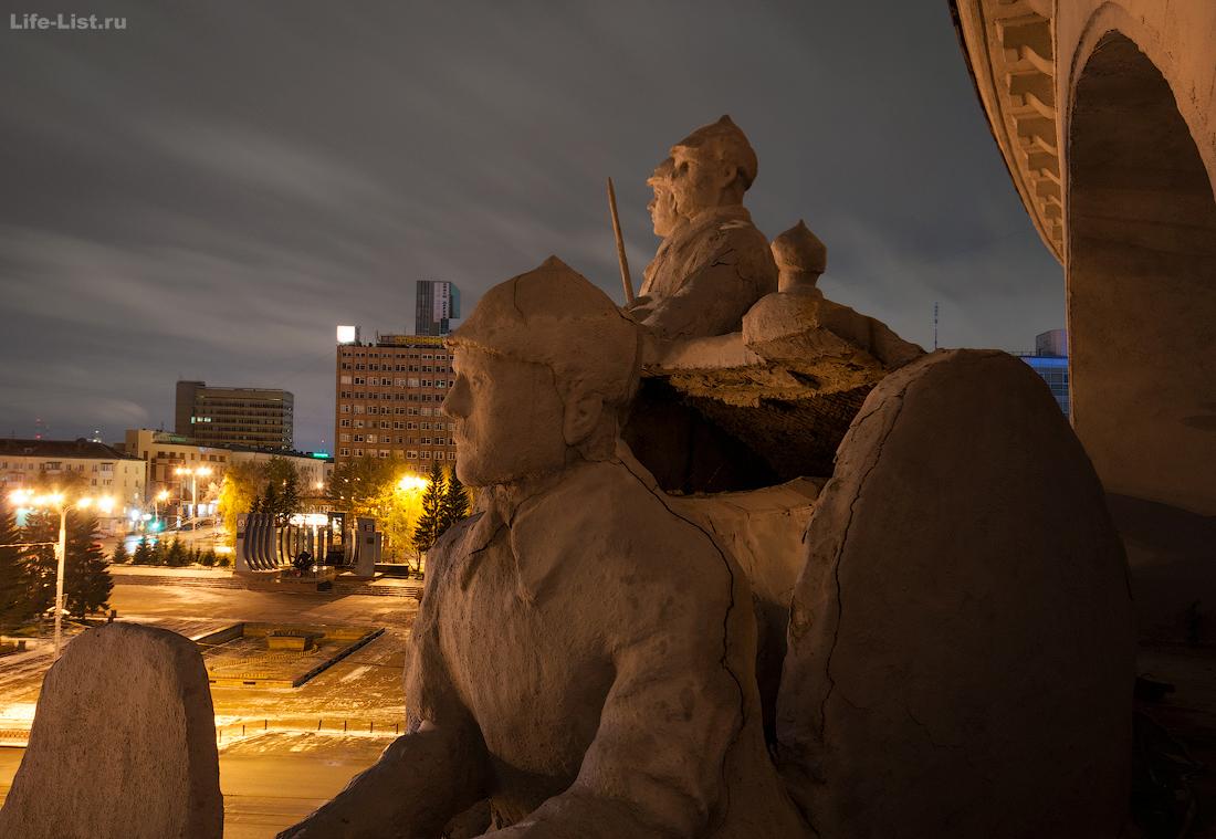 скульптуры на доме офицеров Екатеринбург