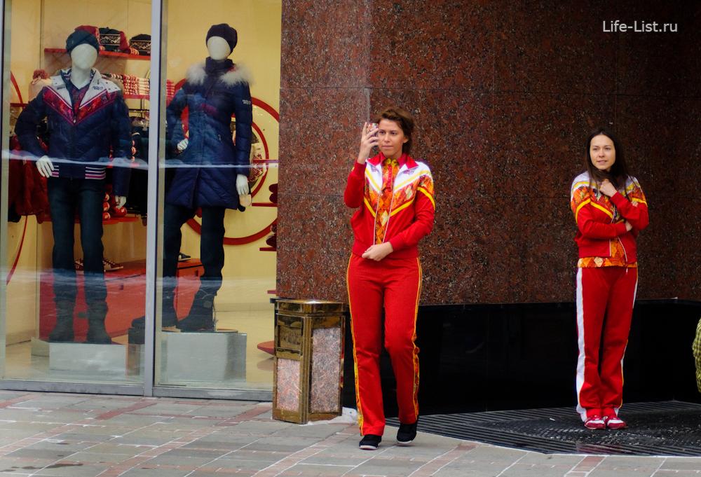 девушки из магазина встречают олимпийский факел