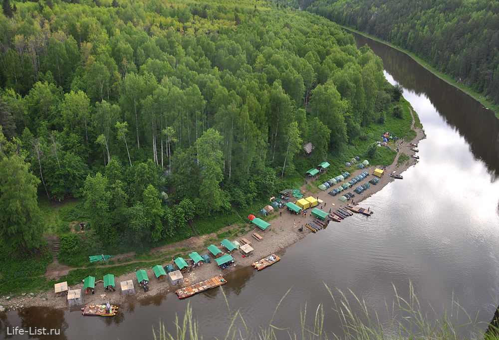 палаточный городок на реке чусовая омутной камень вид с высоты