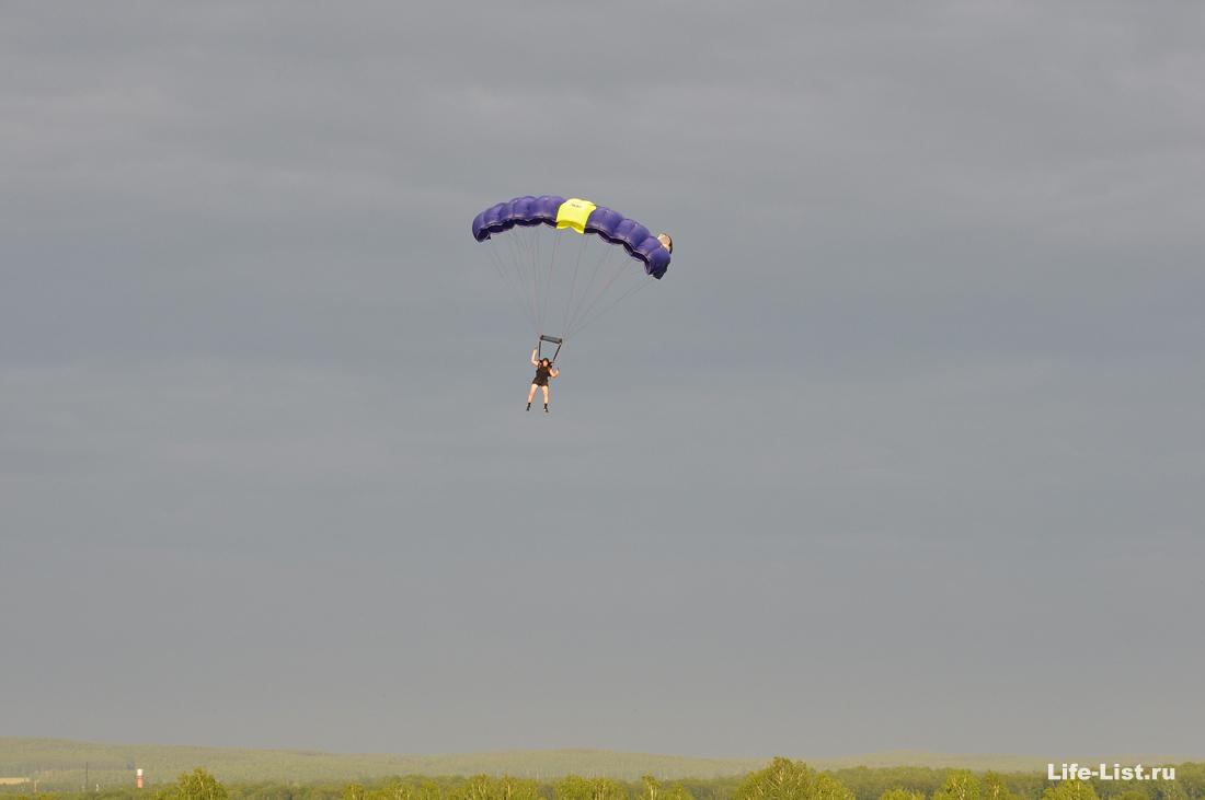 парашютист в небе красивое фото