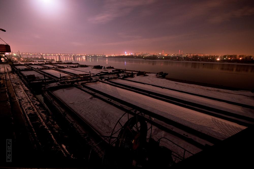 баржи на якоре Обь речной порт ночное фото