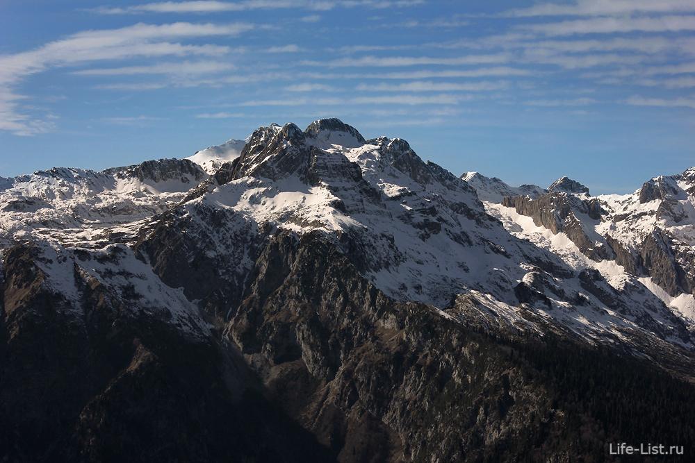 Красивое фото заснеженные горы Абхазии
