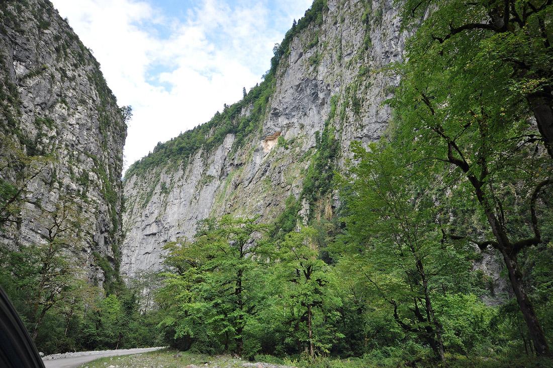 отвесные скалы в ущелье Рица фото Абхазия