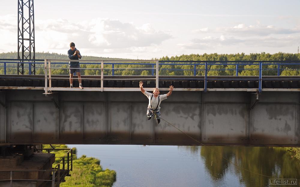парень прыгает с жд моста роупджампинг