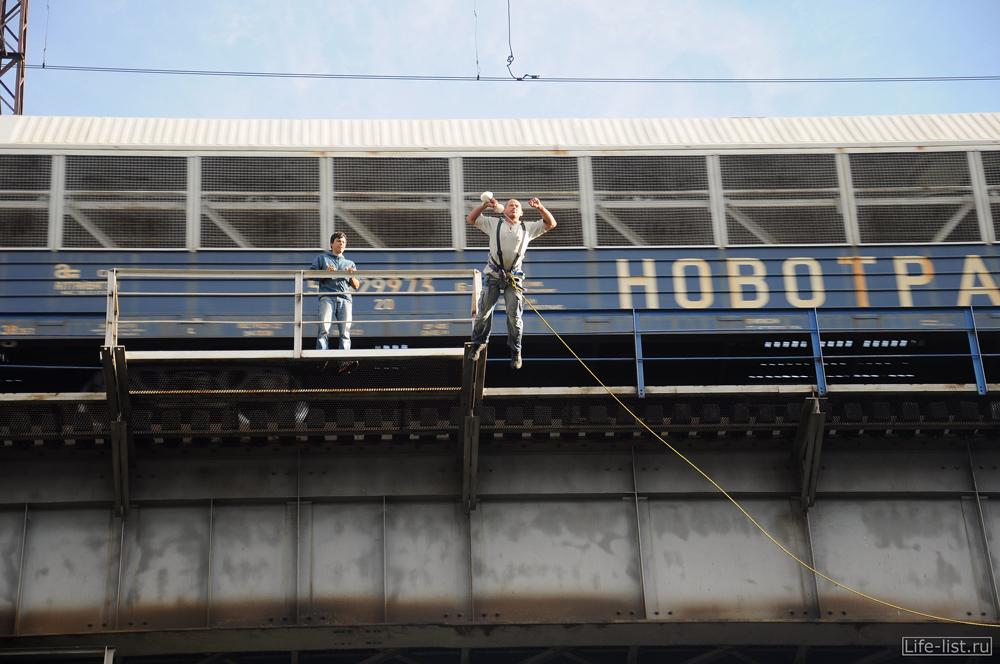 едет поезд прыжок с моста роупджампинг
