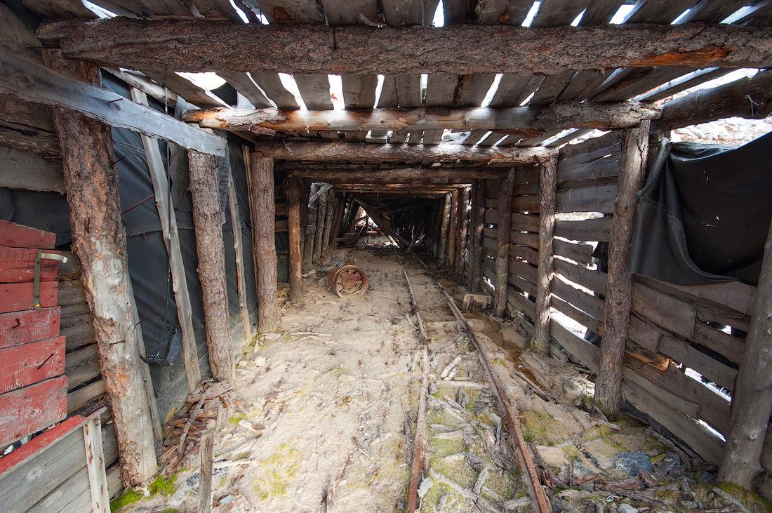 Заброшенная штольня рудника по добычи кварца и горного хрусталя
