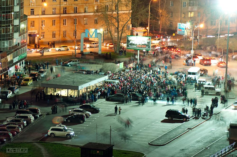 люди у метро 9 мая в день победы с высоты