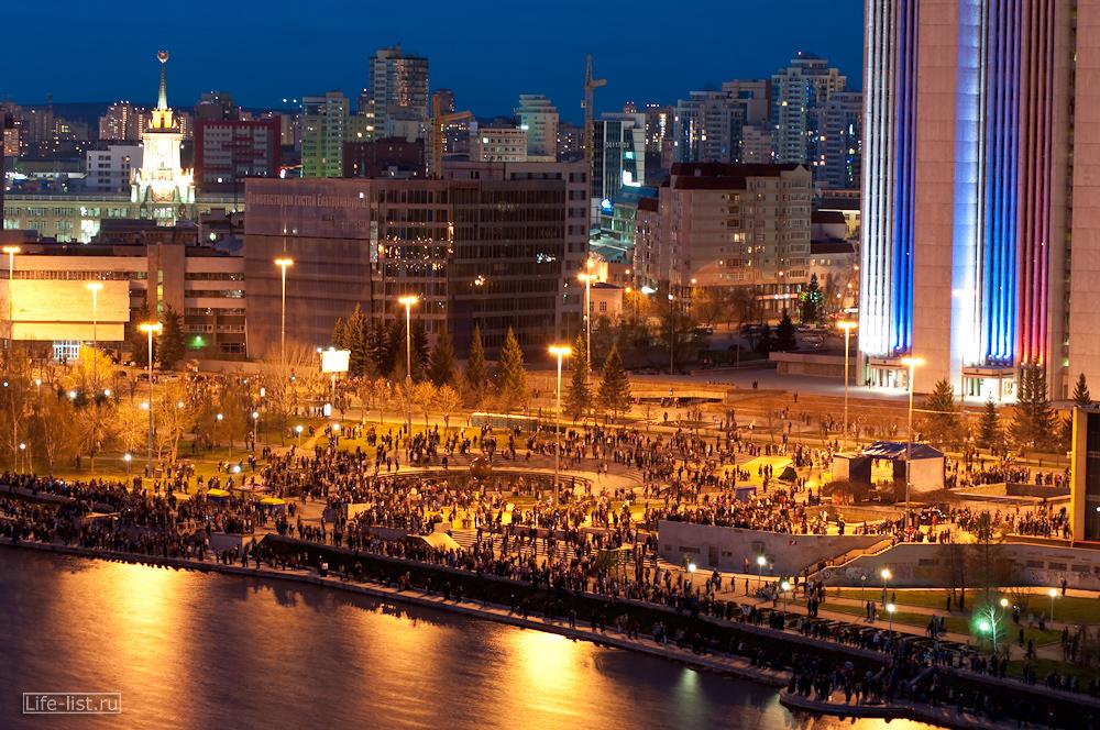 люди толпа у драмтеатра в день победы салют смотрят