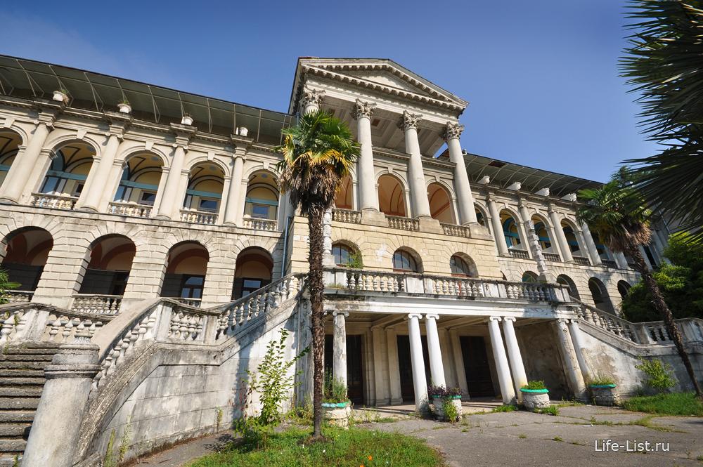 корпус санатория на берегу черного моря