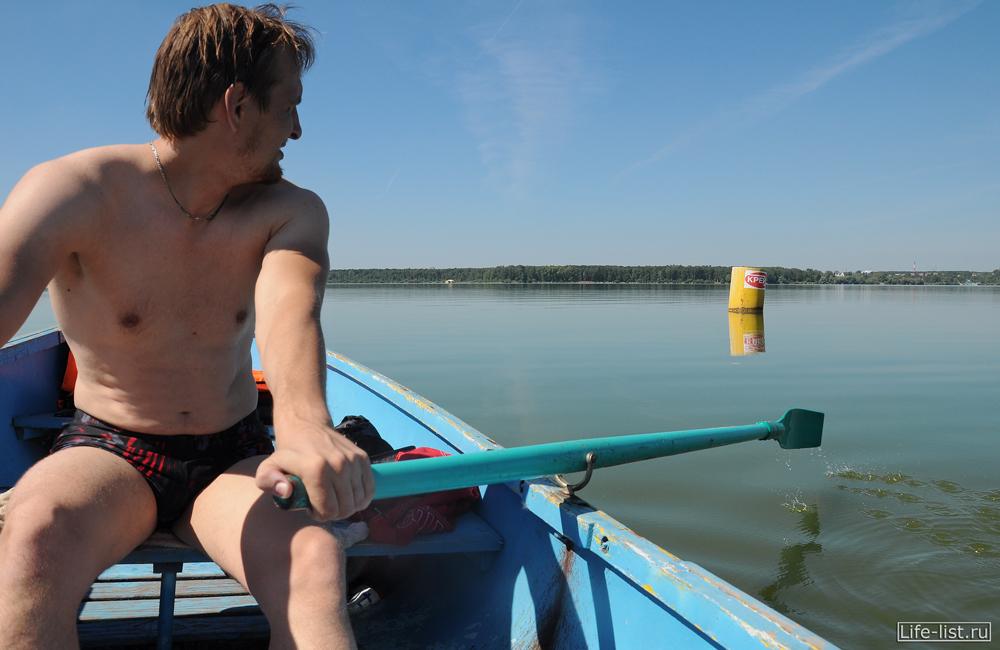 на лодке плавание на озере шарташ Екатеринбург