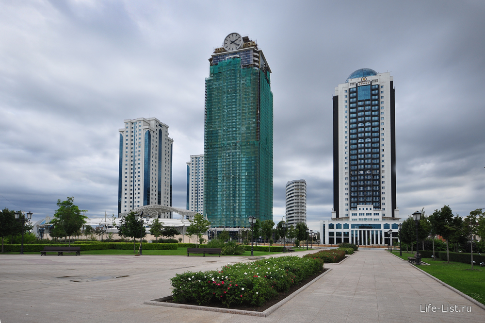 Чеченская республика. Грозный - сити. В центре башня Феникс, пострадавшая в 2013г от пожара.