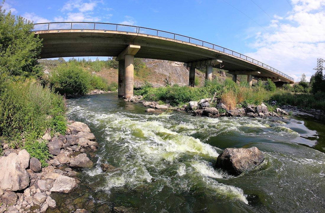 порог под автомобильным мостом на реке ИСеть район Каменск-Уральского Кодинка